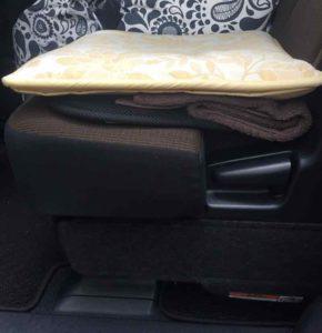 車の中のタオルとクッション