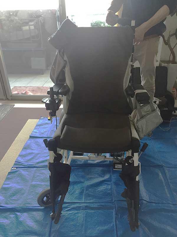 ブルーシートと車椅子